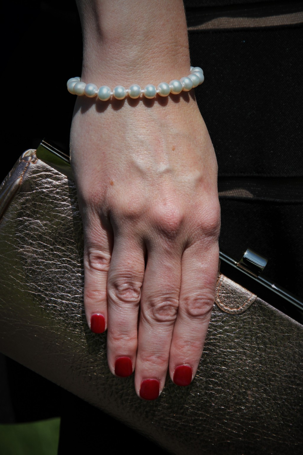 Red nails and pearls