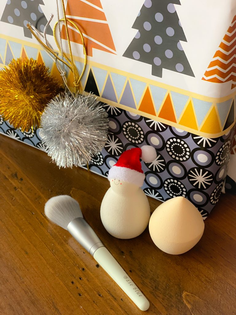 white makeup sponges and brush